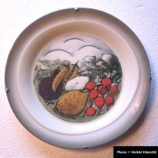 Arabia Heljä Liukko-Sundström seinälautanen 26 cm Salaatti syntyy (1997)
